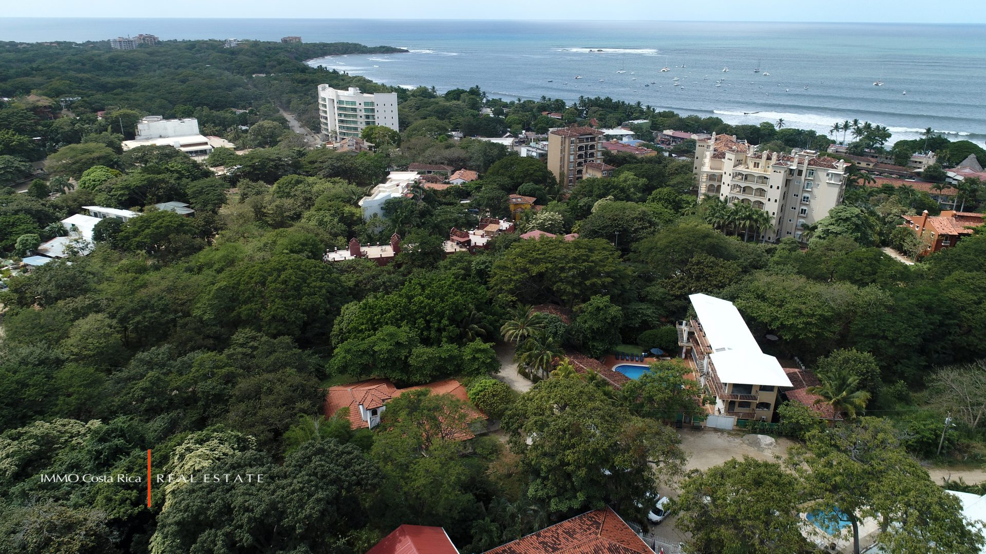 Villa to remodel in Tamarindo Beach center on a large land: 4 beds
