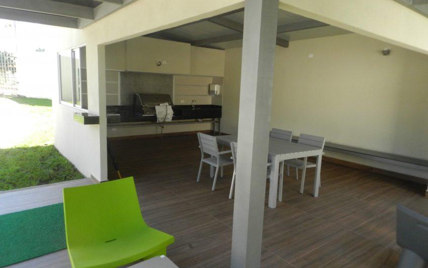 Cómodo condominio de 2 habitaciones en Escazu. Tenis, gimnasio, piscina en la zona más deseable.